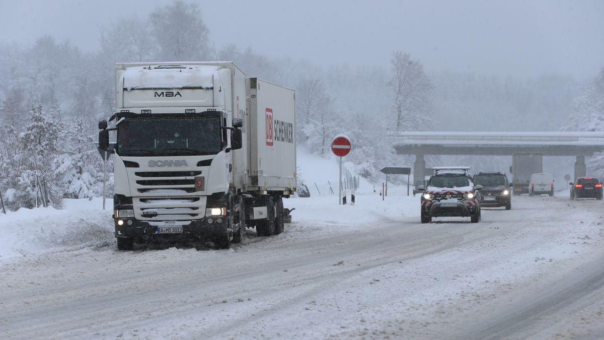 Winterlich verschneite Bundesstraße in Bayern