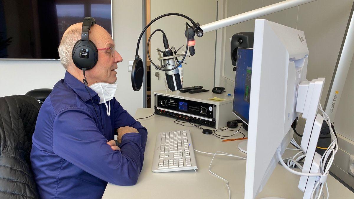 Der Leiter des Traunsteiner Impfzentrums sitzt im BR-Studio in Traunstein und beantwortet unsere Fragen.