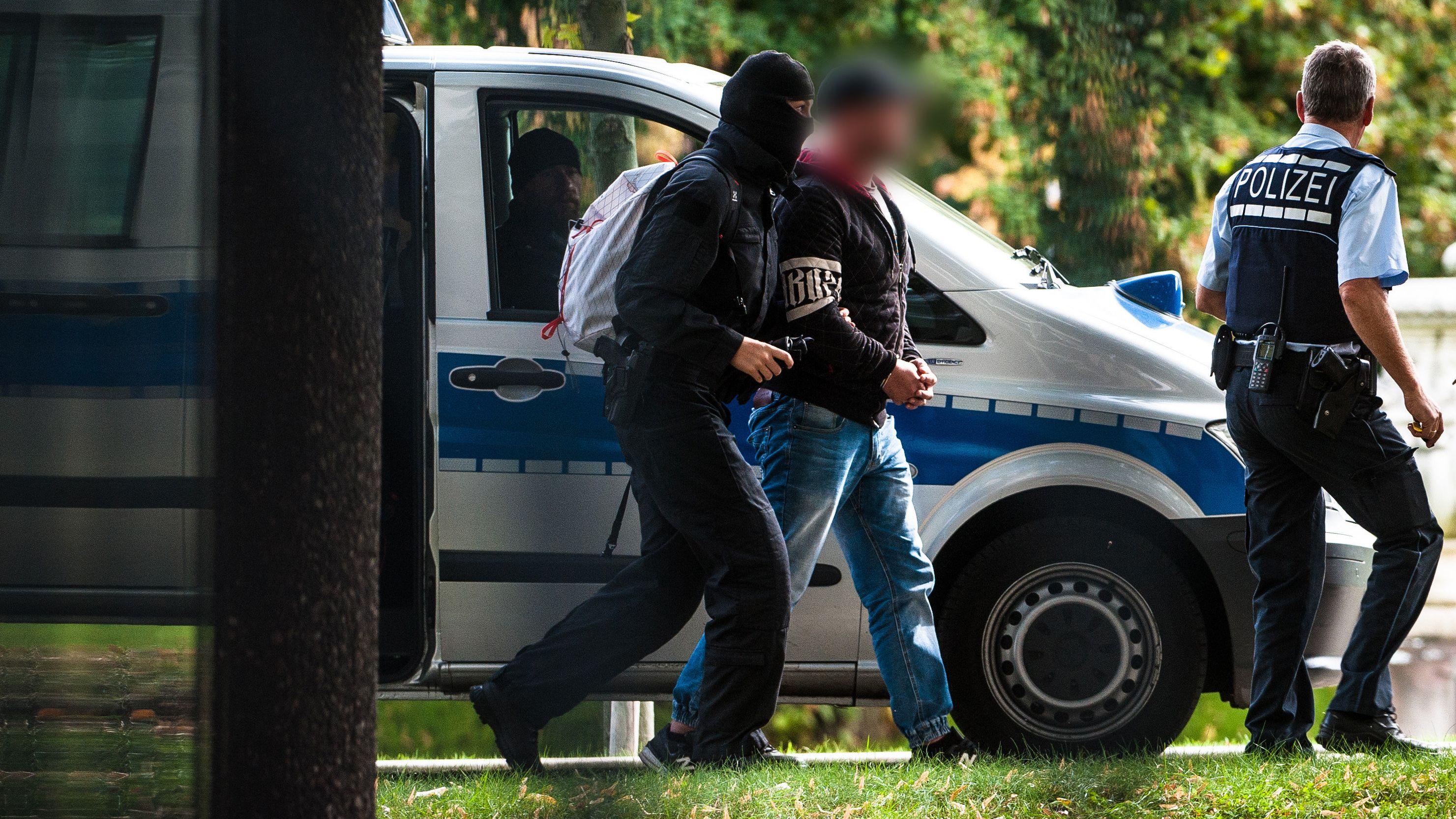 """Eine Anklage steht acht Mitgliedern der mutmaßlich rechtsextremen Terrorgruppe """"Revolution Chemnitz"""", die 2018 verhaftet worden sind, nun bevor."""