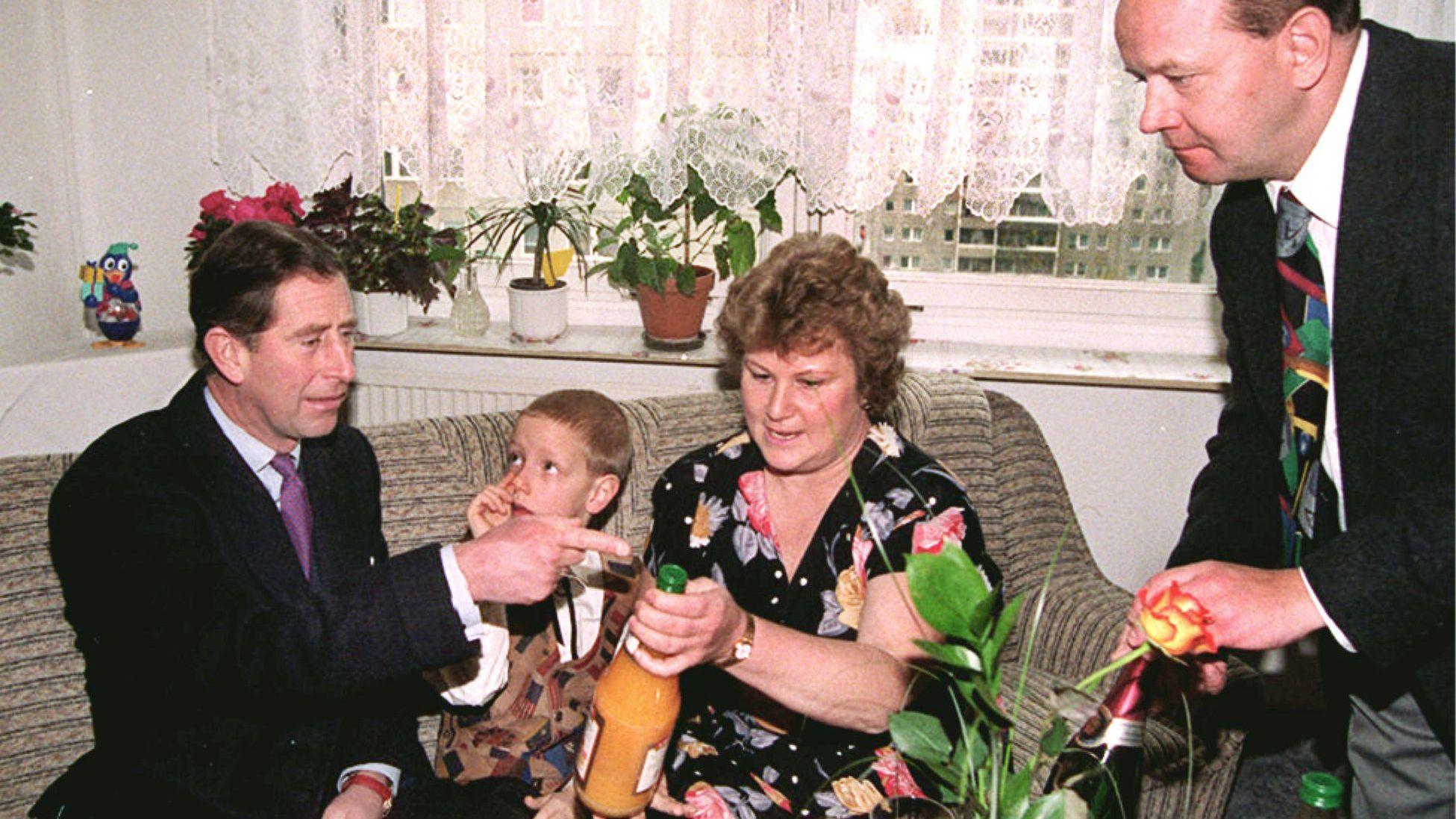 Prinz Charles zu Besuch auf dem Sofa von Familie Kunz in Berlin-Hellersdorf 1995