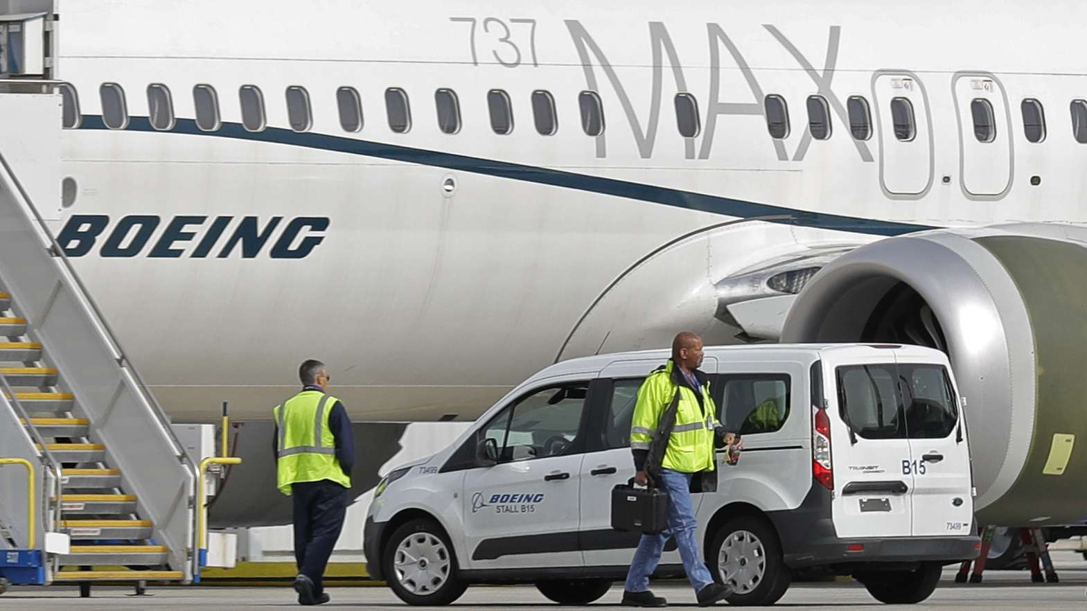 Boeing-Mitarbeiter vor einer Boeing 737-Max