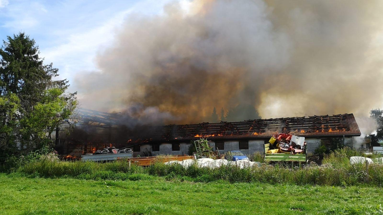 Im Dietmannsrieder Ortsteil Probstried im Landkreis Oberallgäu brennen ein Heulager und das benachbarte Stallgebäude.