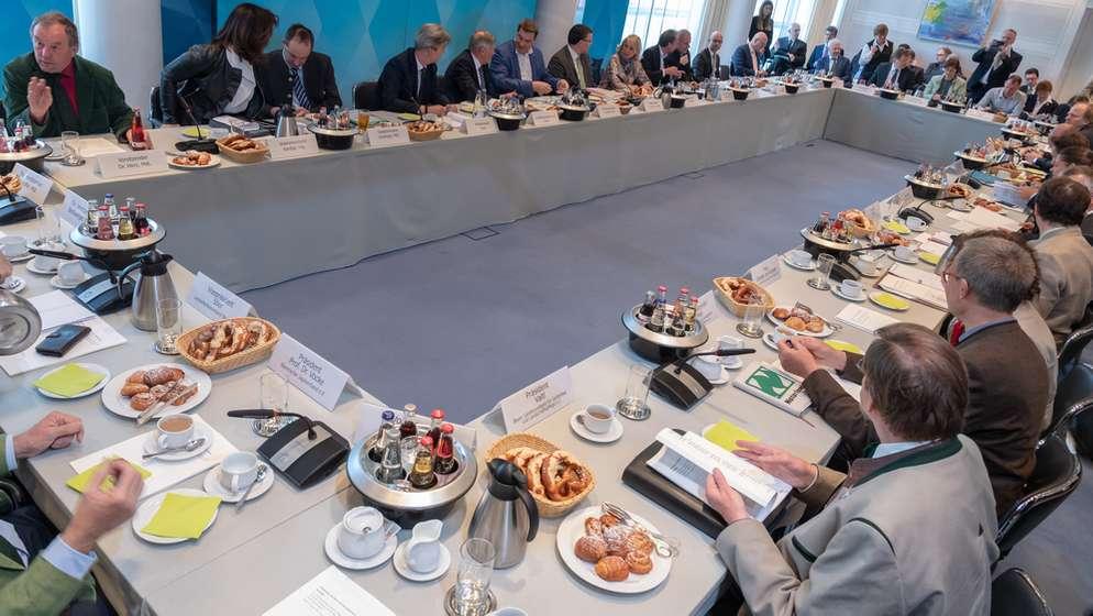 Vertreter mehrerer Parteien und Organisationen am Freitag bei der letzten Sitzung des Runden Tischs zur Artenvielfalt in der Staatskanzlei | Bild:pa/dpa/Peter Kneffel