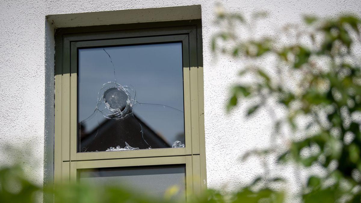 Ein Fenster der Polizeiinspektion Starnberg ist eingeschlagen. Rund 50 Schüler haben versucht, einen 15-Jährigen aus dem Polizeigewahrsam zu befreien. Dieser war betrunken und hatte zuvor auf einer Schulabschlussfeier randaliert. Foto: Sina Schuldt