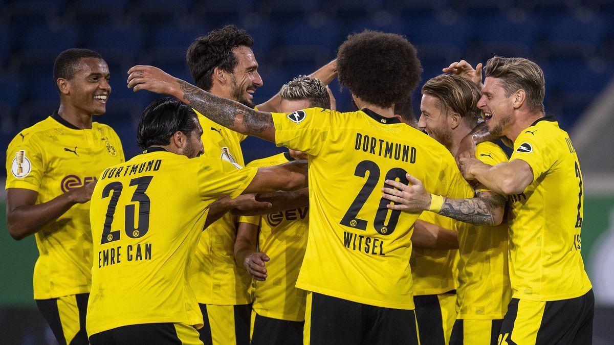 Dortmunds Manuel Akanji (l-r), Emre Can, Mats Hummels Thorgan Hazard, Axel Witsel, Torschütze Marco Reus und Lukasz Piszczek jubeln nach dem Treffer zum 5:0.