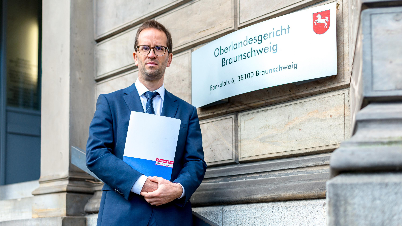 Klaus Müller, Vorstand des Bundesverbands der Verbraucherzentralen vor dem Oberlandesgericht Braunschweig