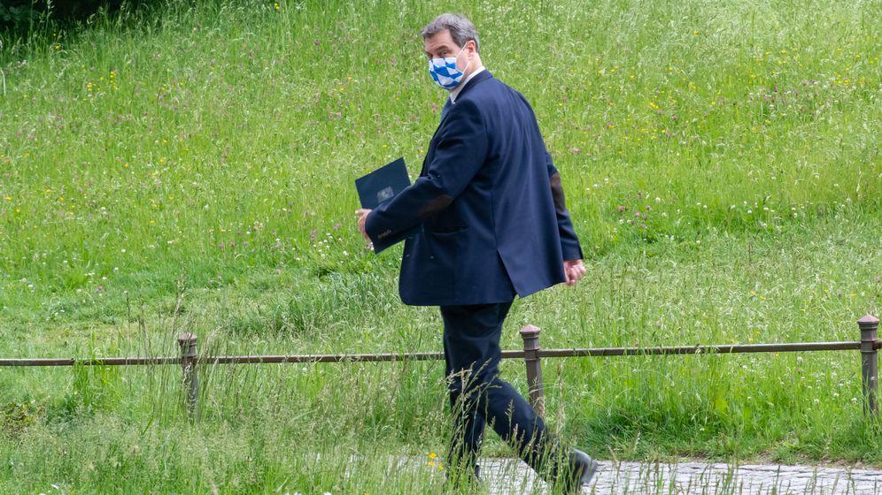 Markus Söder (CSU), Ministerpräsident von Bayern, geht nach der Pressekonferenz zur bayerischen Kabinettssitzung durch den Hofgarten. (Archivbild)    Bild:dpa/Peter Kneffel