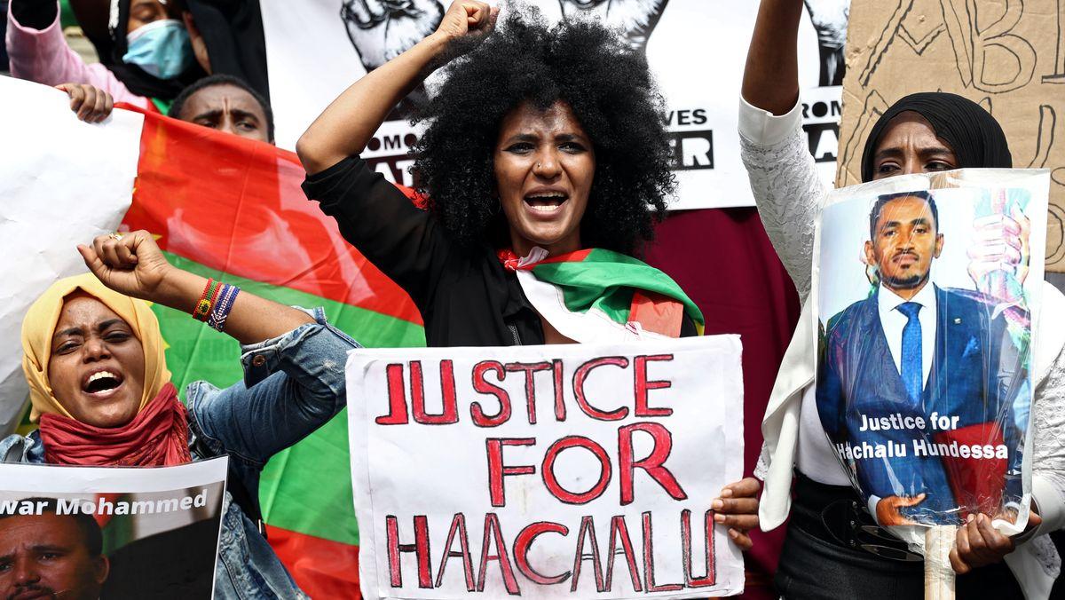 Menschen versammeln sich am 3. Juli in London, Downing Street, um gegen die Behandlung der äthiopischen Volksgruppe der Oromo zu protestieren.
