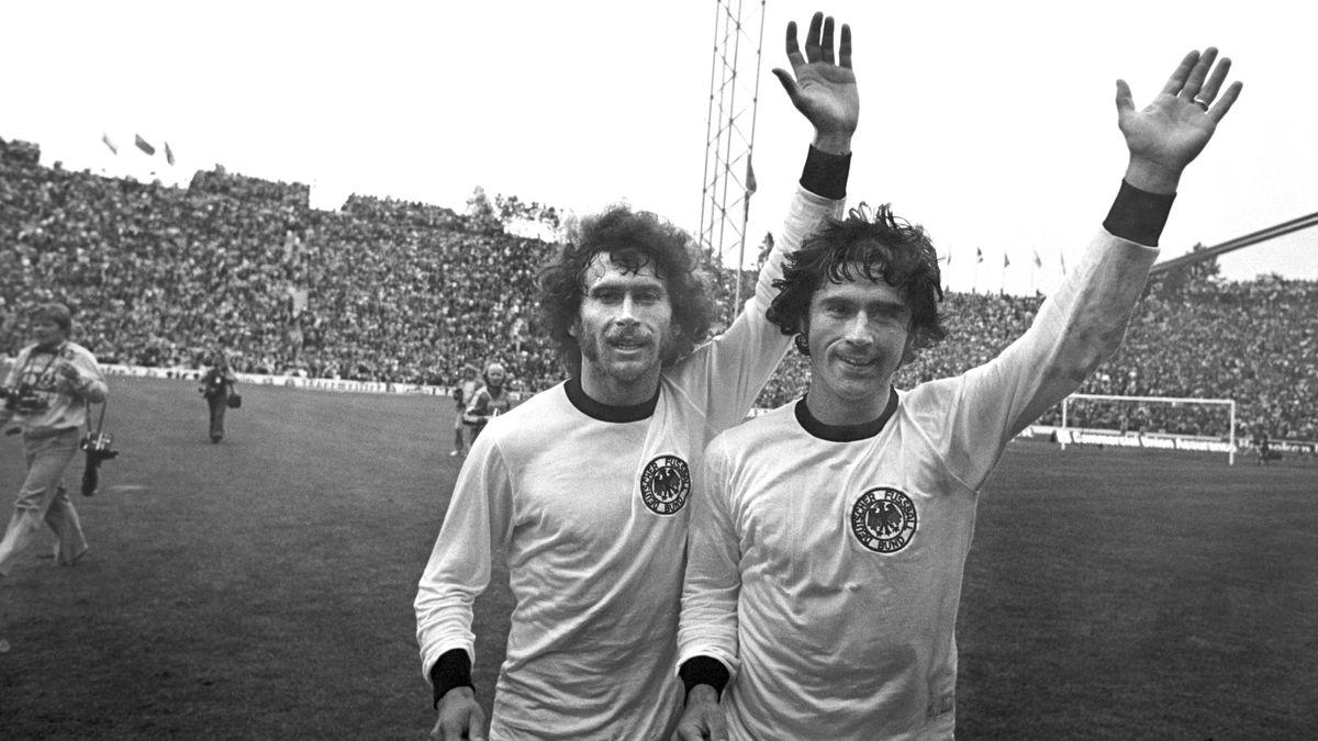 Paul Breitner (li.) und Gerd Müller feiern den Sieg im WM-Endspiel 1974.