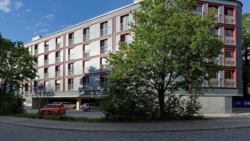 """""""Wohnhaus über Parkplatz"""": Die städtische Wohnungsbaugesellschaft erstellt nach dem Gebäude am Dantebad (Bild) ein neues Projekt am Reimarplatz."""