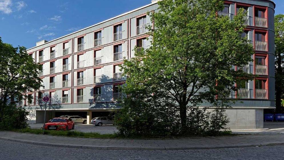 """""""Wohnhaus über Parkplatz"""": Die städtische Wohnungsbaugesellschaft erstellt nach dem Gebäude am Dantebad (Bild) ein neues Projekt am Reimarplatz.   Bild:BR/Julia Brestrich"""