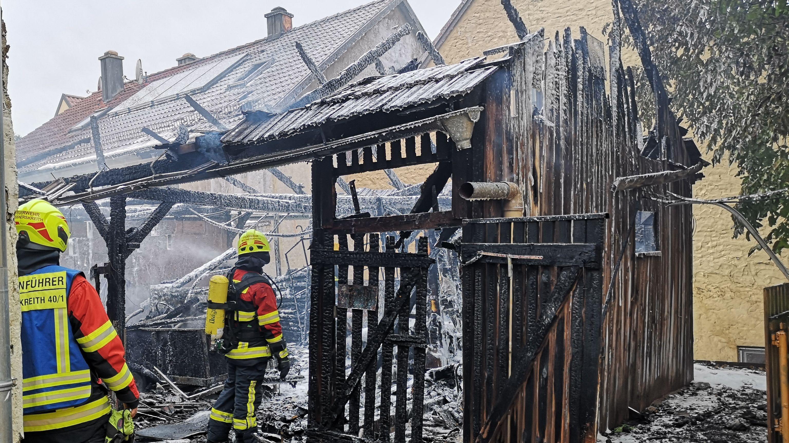 Der komplett abgebrannte Holzschuppen, in dem das Feuer entstand