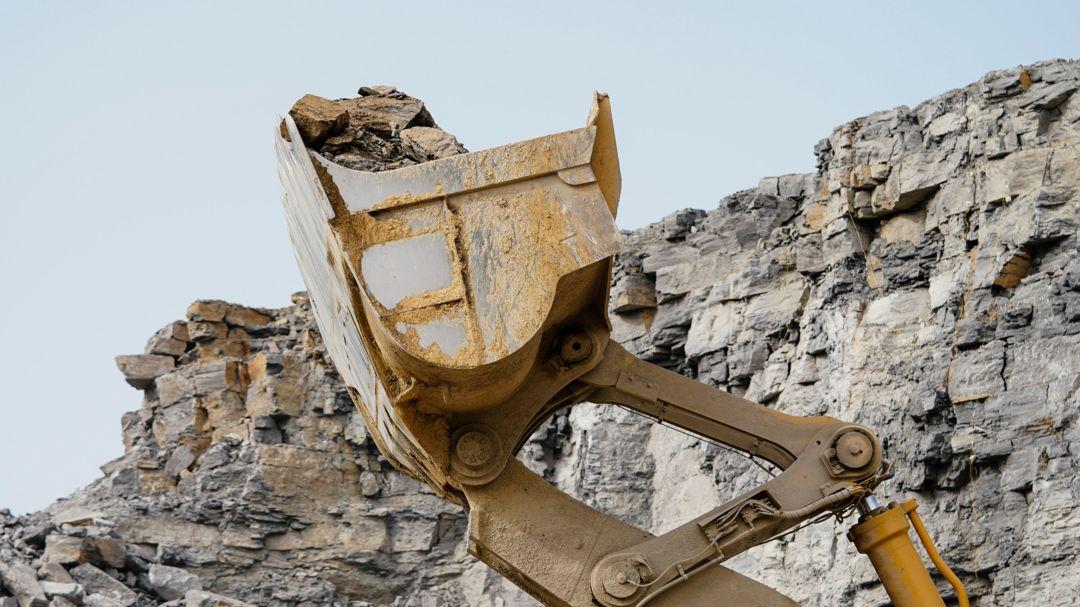 Baggerschaufel in einem Steinbruch.