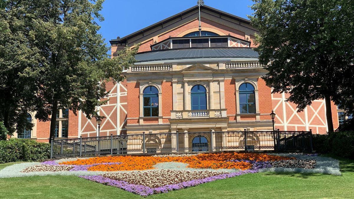 Das Königsportal mit seinen Säulen und hohen Fenstern des Bayreuther Festspielhauses.