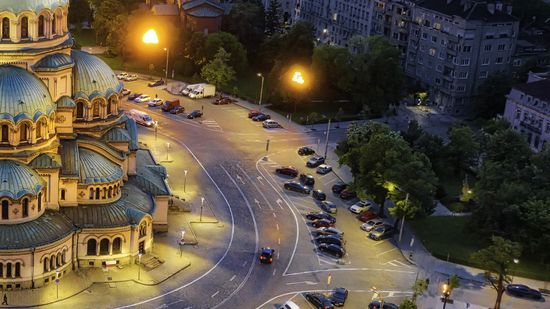 Nachtaufnahme der Alexander-Newski-Kathedrale und der sie umgebenden Straße in Bulgariens Hauptstadt Sofia.