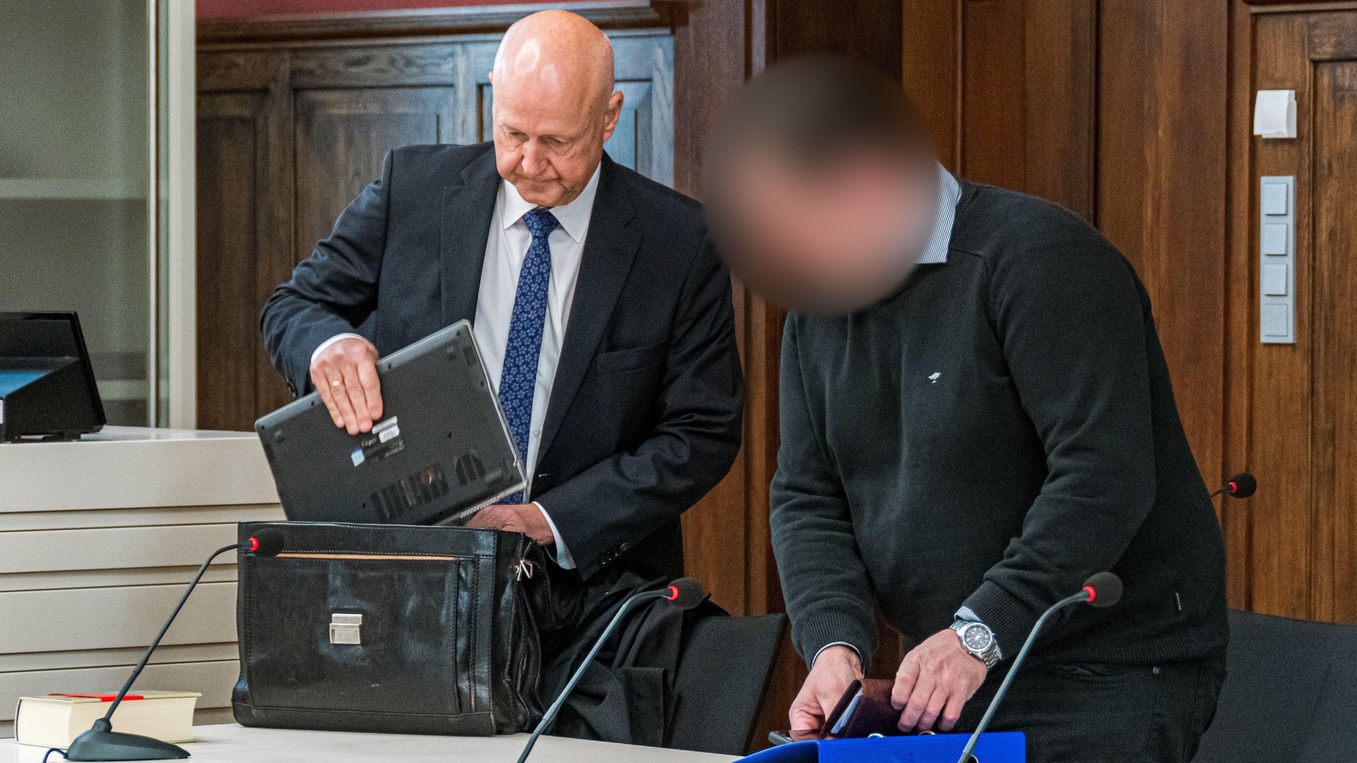 Der angeklagte Jäger beim Prozessauftakt mit seinem Anwalt