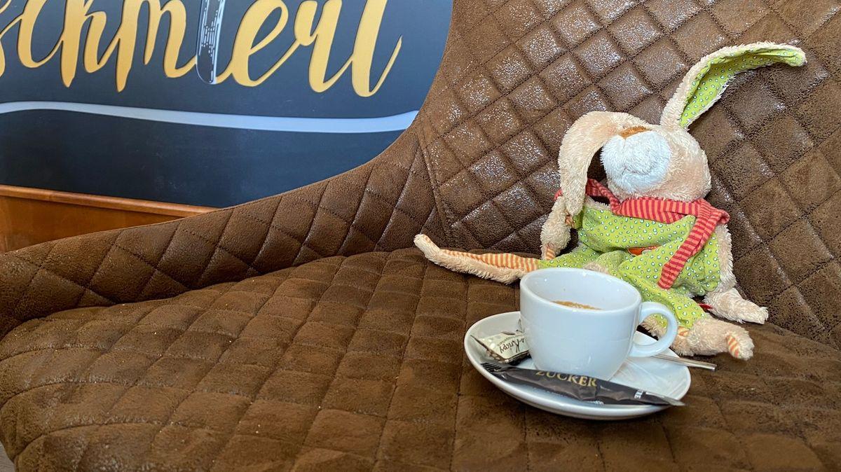 """Während ganz Neustadt nach dem Besitzer von """"Schnuffel"""" sucht, geht dieser mit dem Bürgermeister Kaffee trinken."""