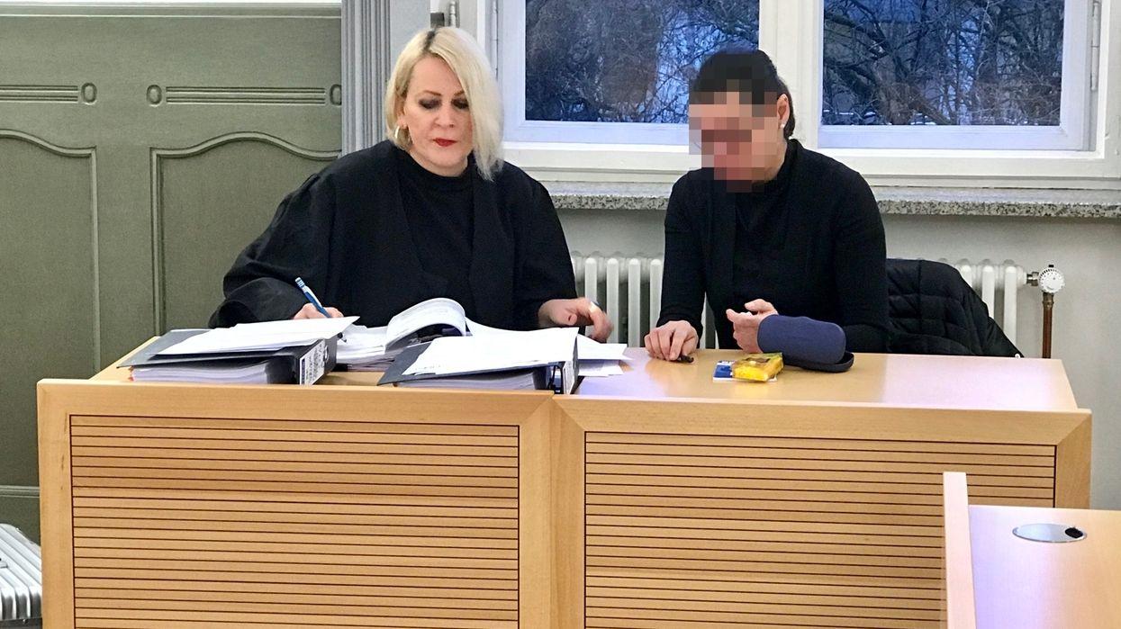 Die wegen Untreue angeklagte Frau (rechts im Bild) sitzt neben ihrer Anwältin.