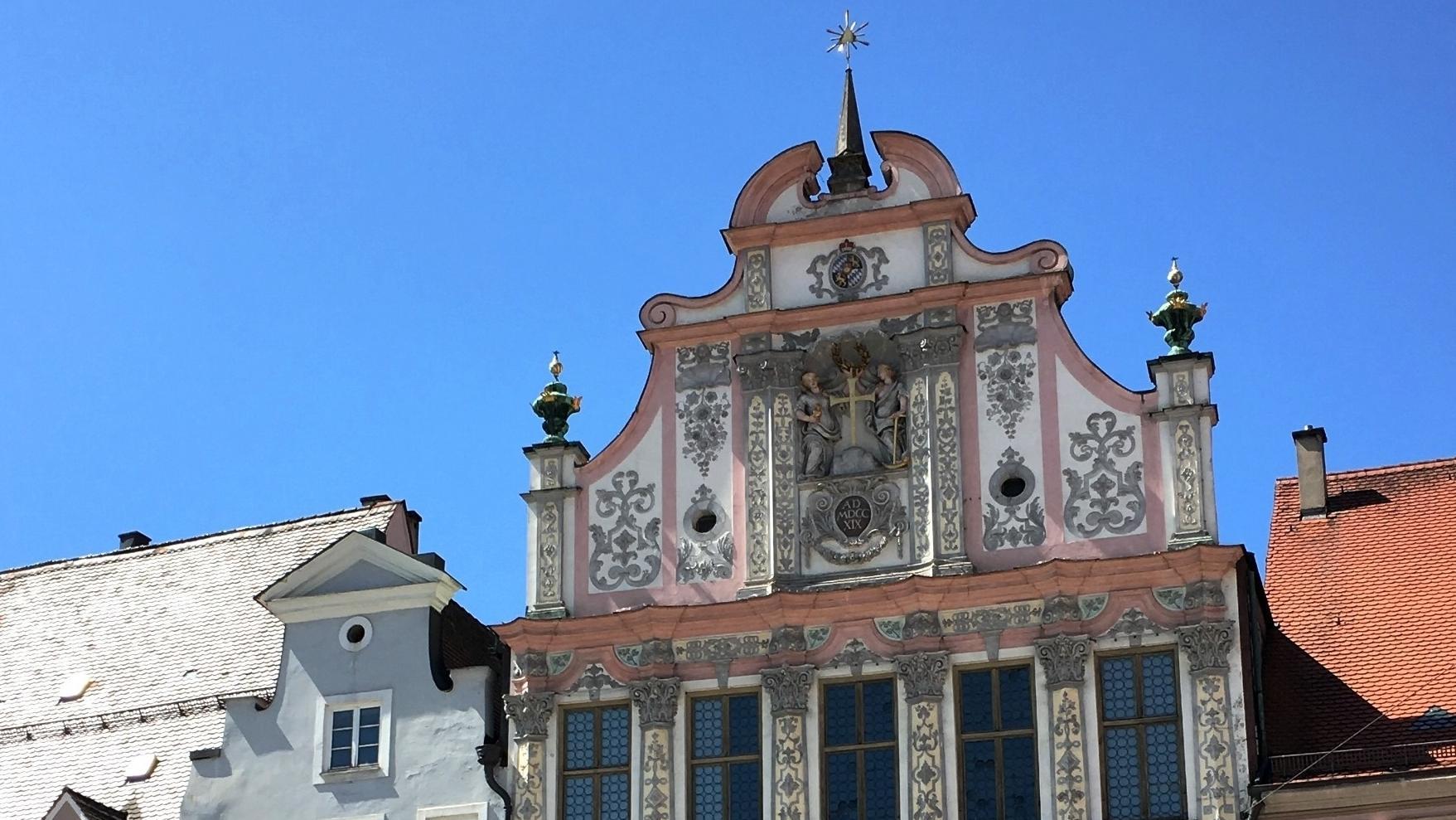 Der Giebel des Rathauses von Landsberg am Lech