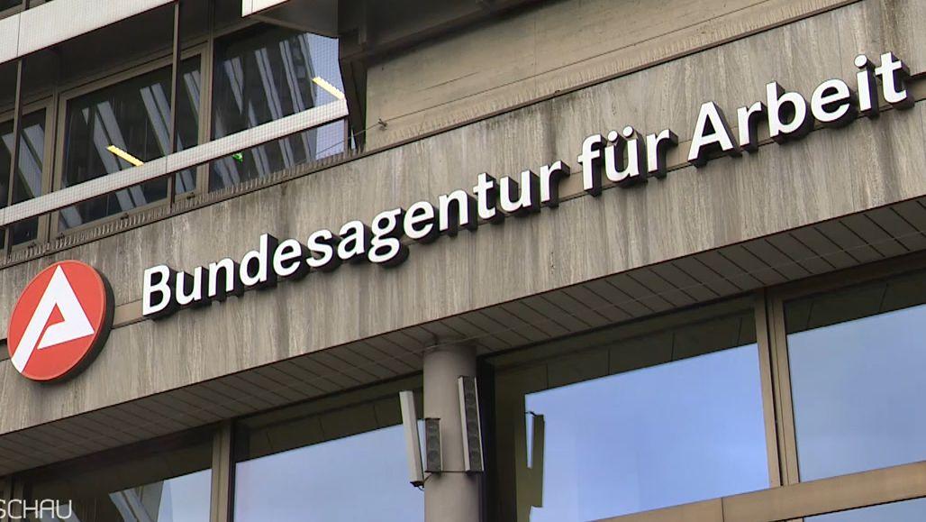 """Auf der Fassade eine Gebäudes ist der Schriftzug """"Bundesagentur für Arbeit"""" zu lesen"""