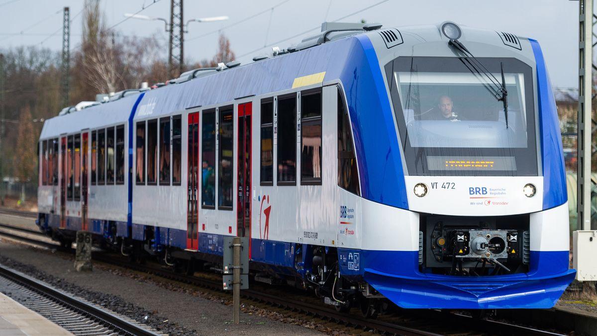 Ein Nahverkehrszug der Bayerischen Regiobahn vom Typ Alstom Coradia LINT 54