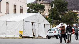 Blick auf verlassene Zelte nach der Absage des wegen des Coronavirus abgesagten Karnevals in Tesserete.   Bild:pa/Keystone