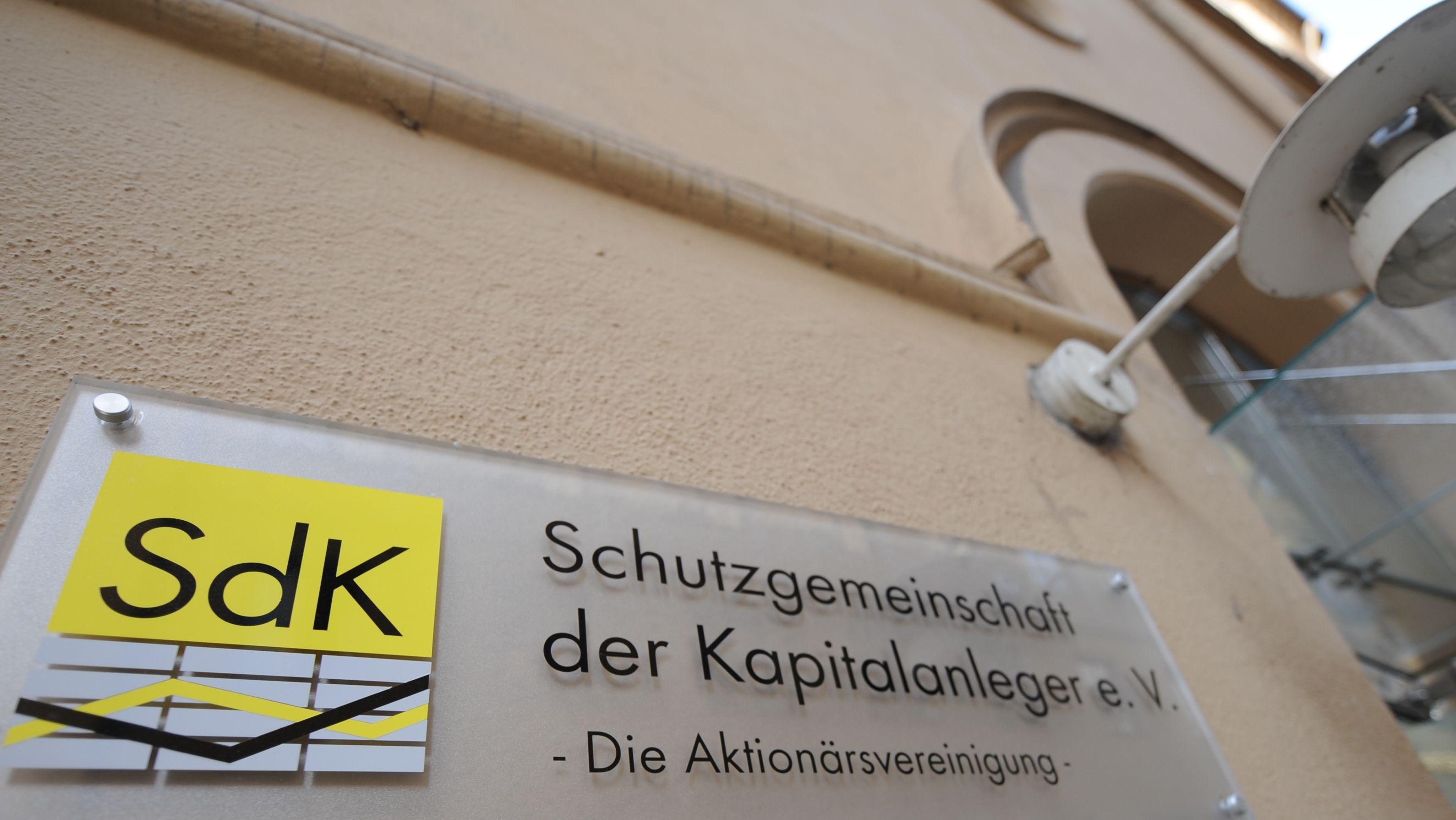 """Schild """"Schutzgemeinschaft der Kapitalanleger e.V."""""""