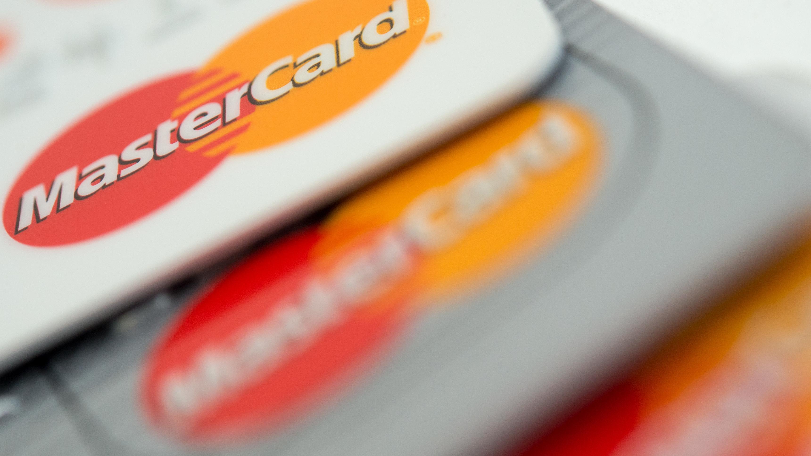 Mastercard-Karten aufeinander liegend.