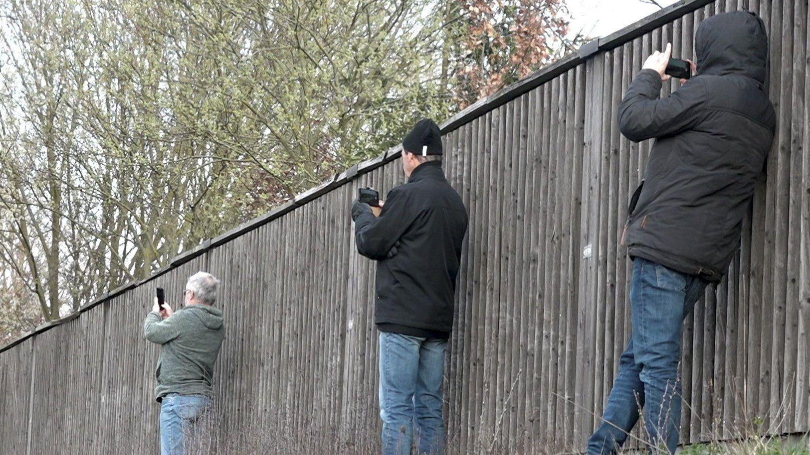 Archivbild fotografierende Schaulustige - Soll Gaffern das Handy weggenommen werden?