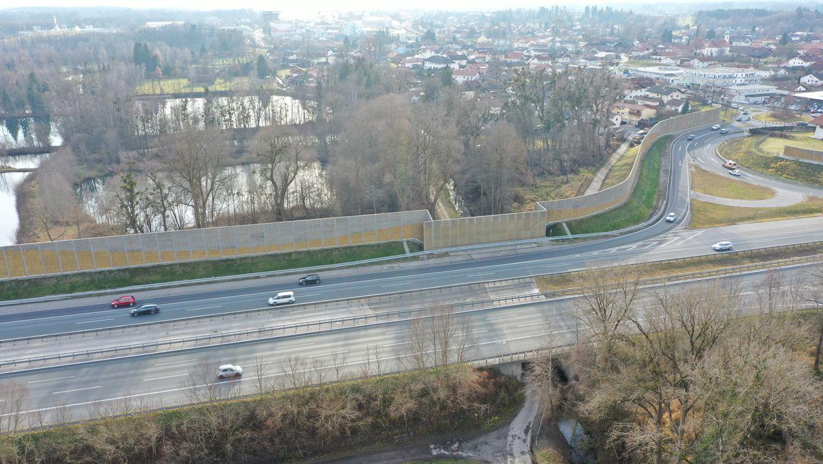 Die Raublinger Lärmschutzmauer an der A8 schützt nur die südlich gelegenen Anwohner vor Lärm.