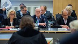 Joachim Wolbergs (Mitte) im Prozess am Landgericht Regensburg.   Bild:pa/dpa/Armin Weigel