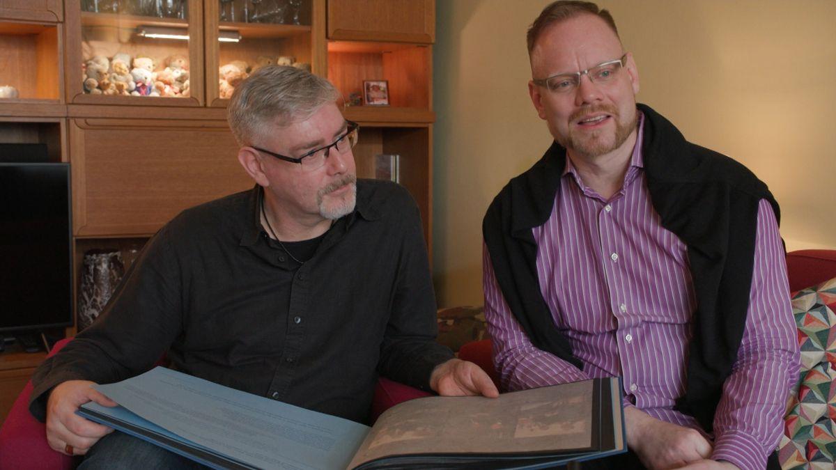 David und Sven Langbuch mit ihrem Hochhzeitsalbum.