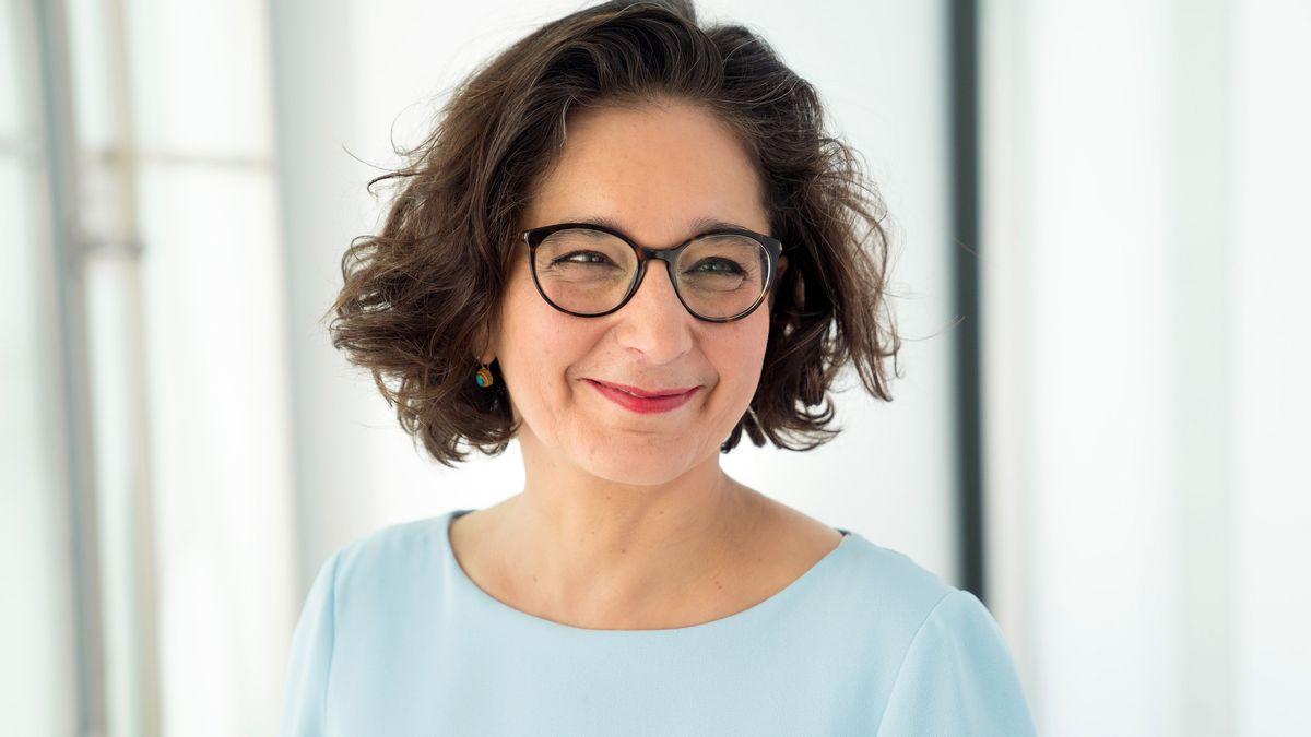 Isabel Schayani blickt lächelnd aus dem Bild heraus