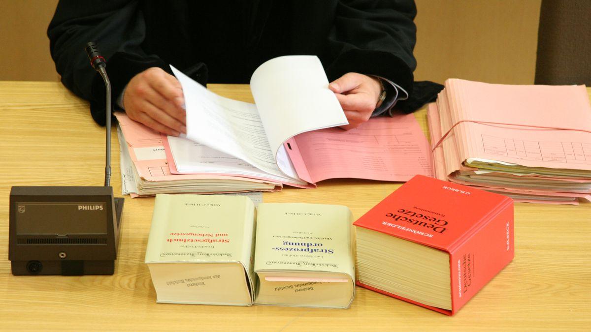 Ein Richter hinter Gesetzbüchern (Symbolbild)