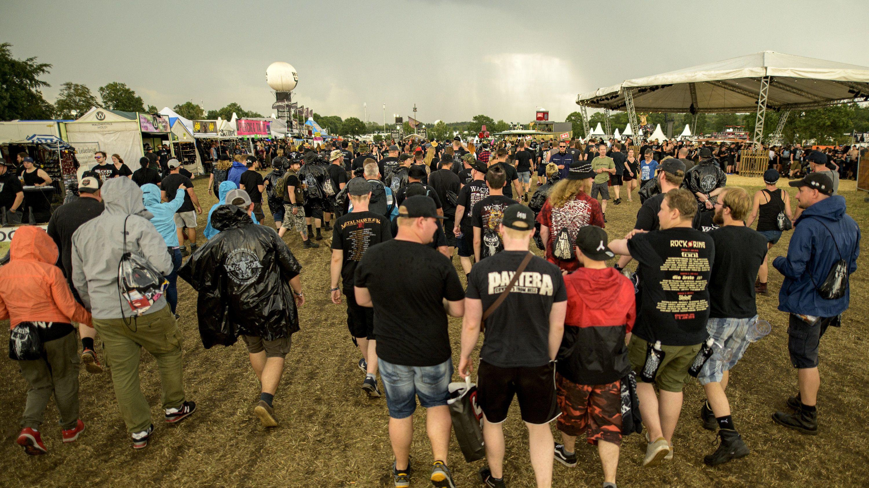 Wacken 2019: Besucher verlassen nach einer Unwetterwarnung das Festivalgelände.