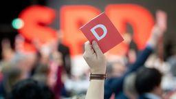 Abstimmungskarte beim SPD-Parteitag | Bild:dpa-Bildfunk/Bernd von Jutrczenka