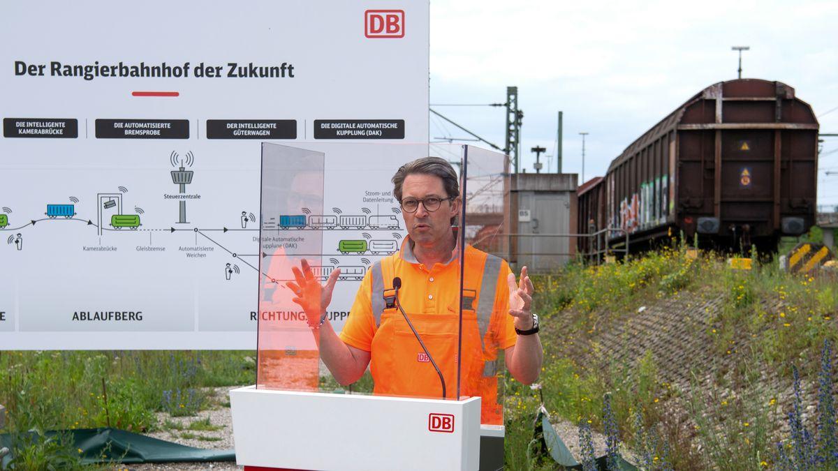 """Andreas Scheuer (CSU), Bundesverkehrsminister, stellt bei einem Medientermin am Rangierbahnhof München-Nord den """"Digitalen Rangierbahnhof"""" vor."""