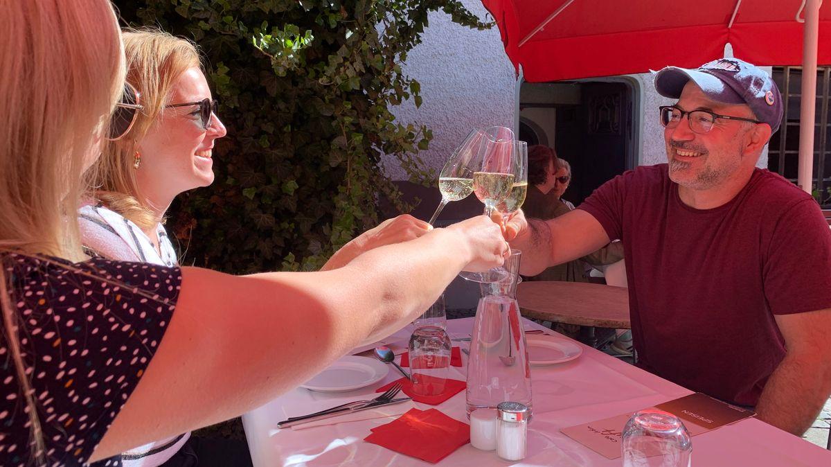 Gäste eines Restaurants in Passau stoßen an.