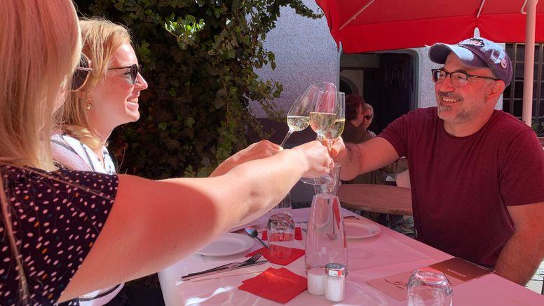 Gäste eines Restaurants in Passau stoßen an. | Bild:BR/Martin Gruber