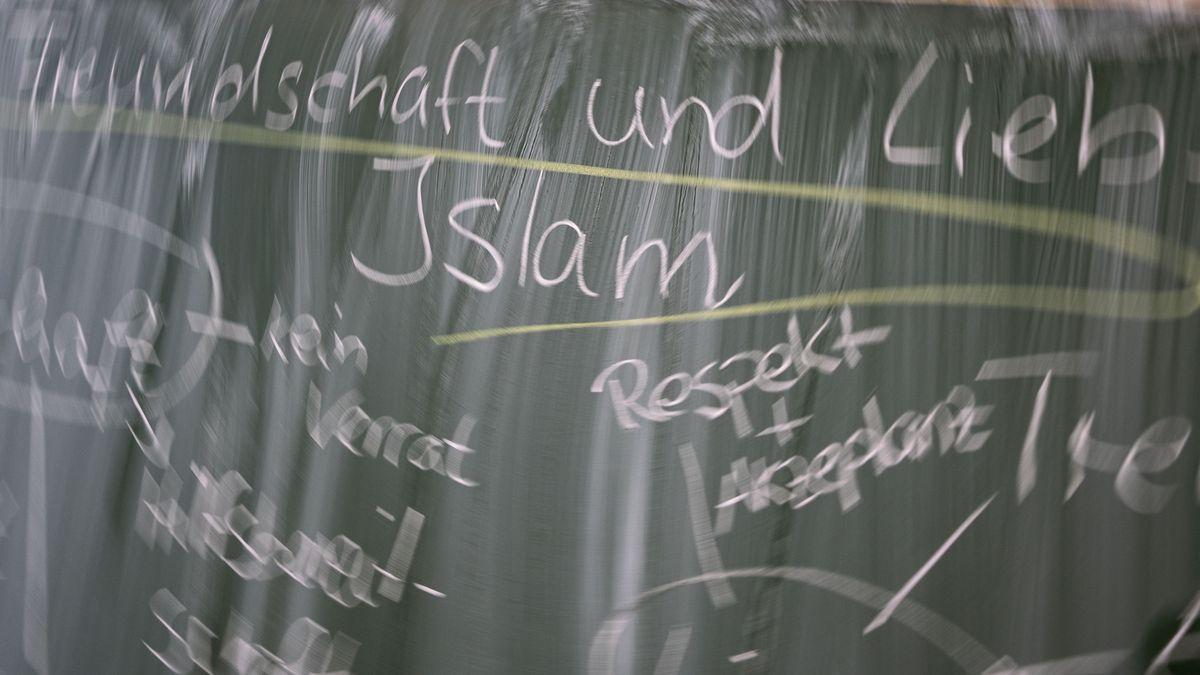 """Das Wort """"Islam"""" steht auf einer Tafel geschrieben."""