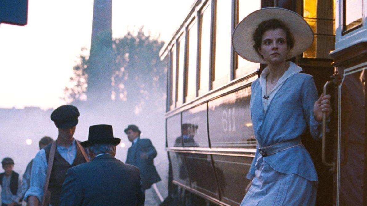"""Szene aus dem Film """"Sunset"""", in der eine Frau aus einer Straßenbahn steigt"""