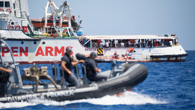 Ein Schlauchboot der Guardia Costeria, der italienischen Küstenwache, fährt um das Rettungsschiff «Open Arms» der Hilfsorganisation Proactiva Open Arms herum (16.8.2019).