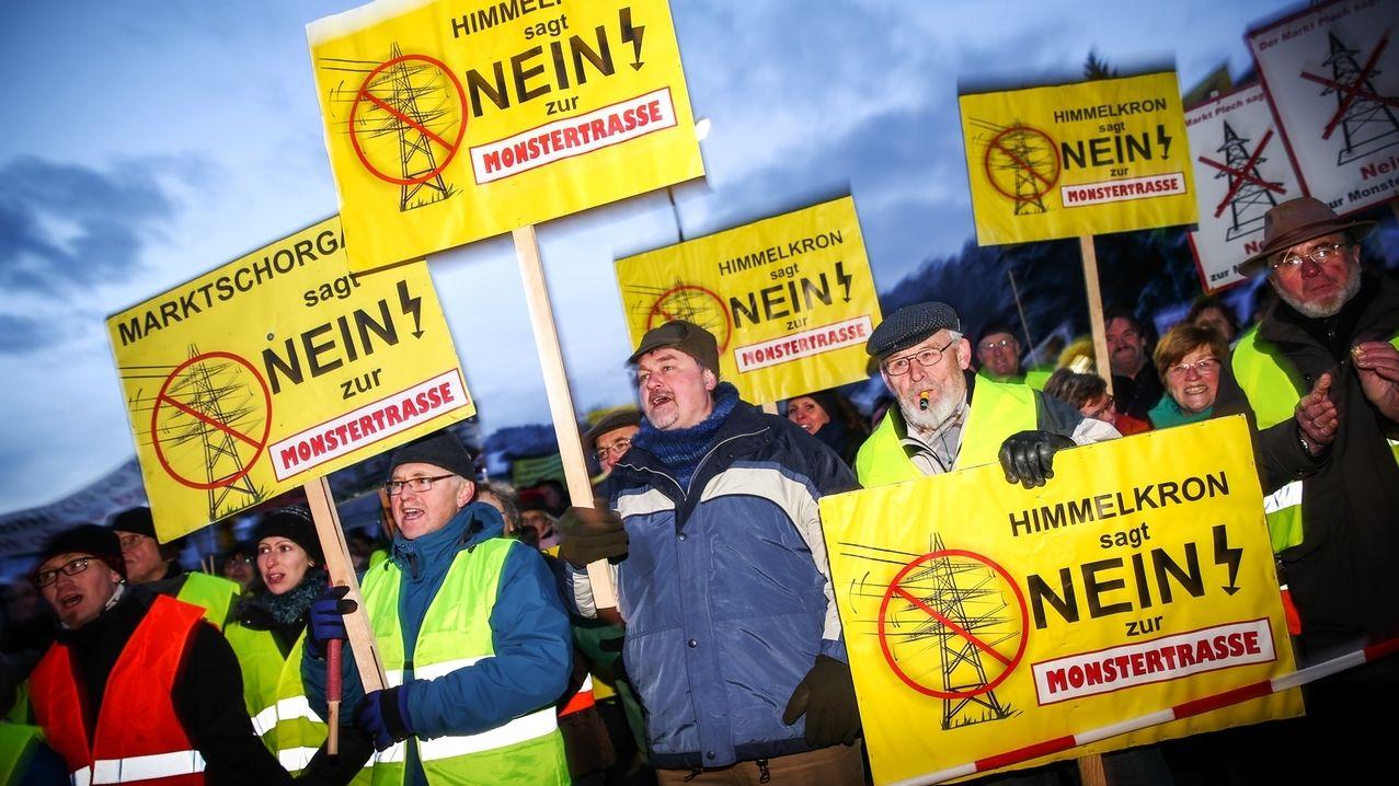 Menschen demonstrieren gegen den Bau einer Stromtrasse.