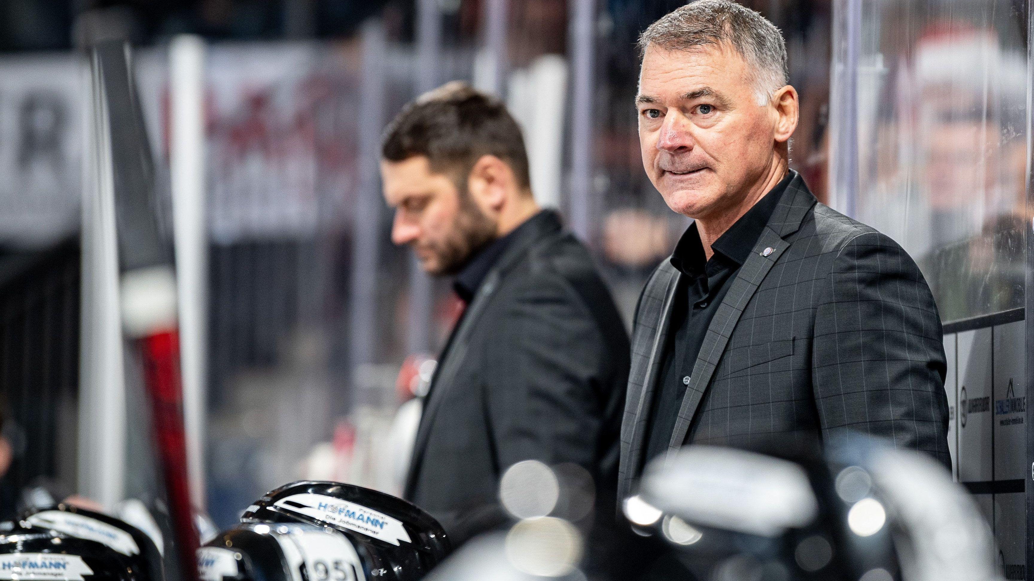 Ice Tigers Trainer Kurt Kleinendorst (vorne) und Co-Trainer Manuel Kofler auf der Spielerbank
