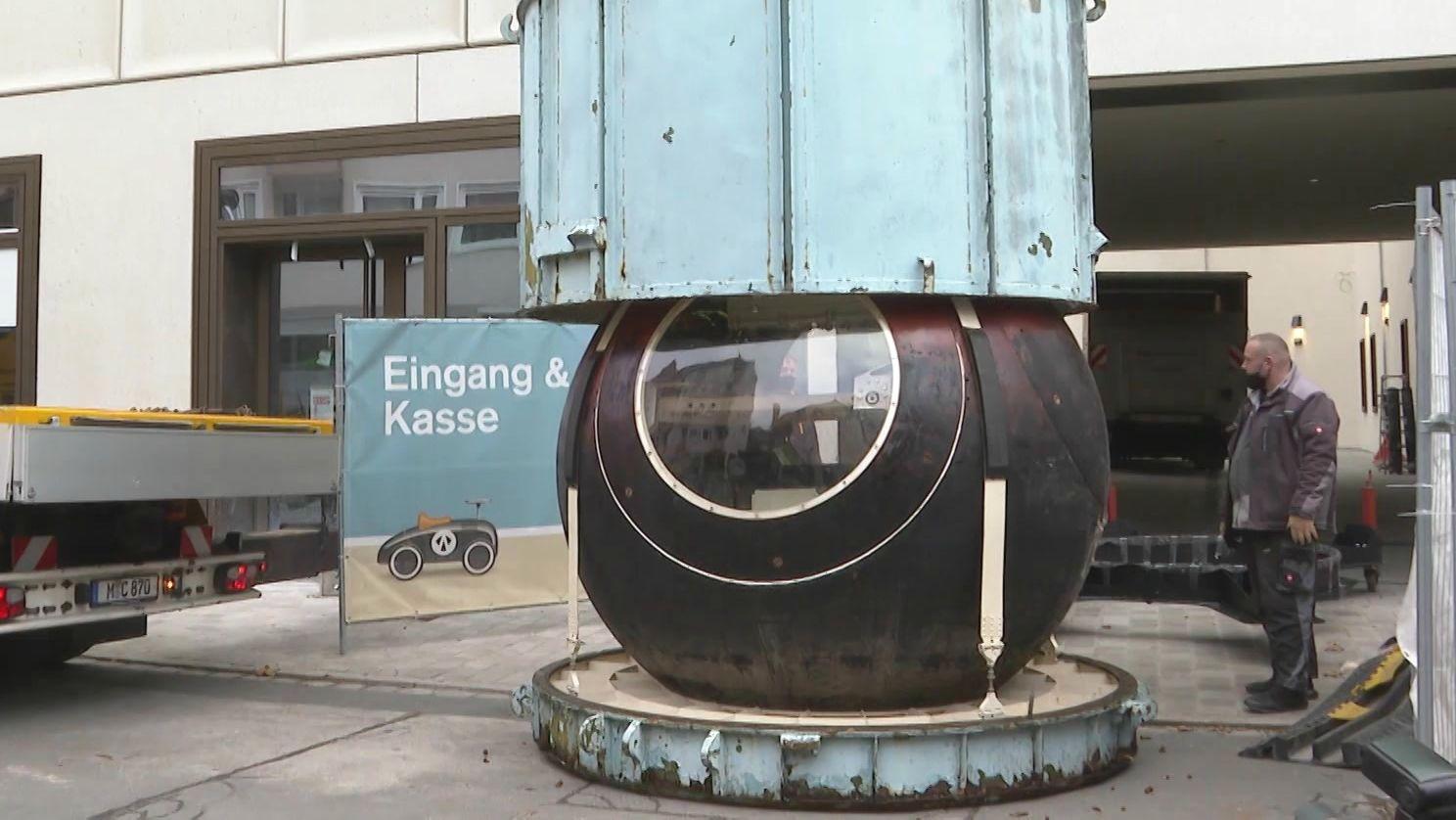 Die Foton-Raumkapsel wird vor dem Museum abgeladen