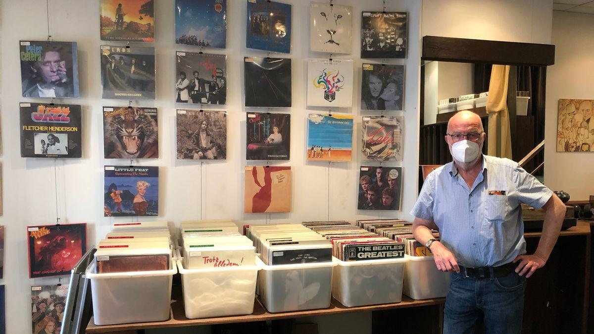 """Besitzer des Plattenladens """"vinyl & more"""" Wolfgang Herbig steht vor seinen Schallplatten in seinem Laden"""