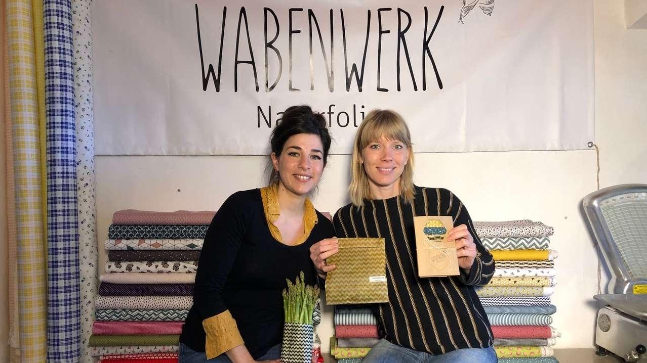 Sandra Palazzolo und Kristina Immerz von Wabenwerk mit ihren Produkten aus Bienenwachstüchern