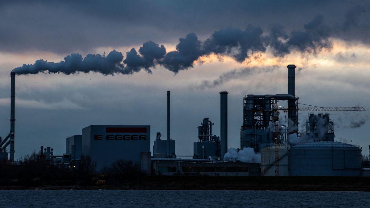 Mecklenburg-Vorpommern, Wismar: Aus den Schornsteinen der Holzwerke am Wismarer Hafen steigt Rauch auf.