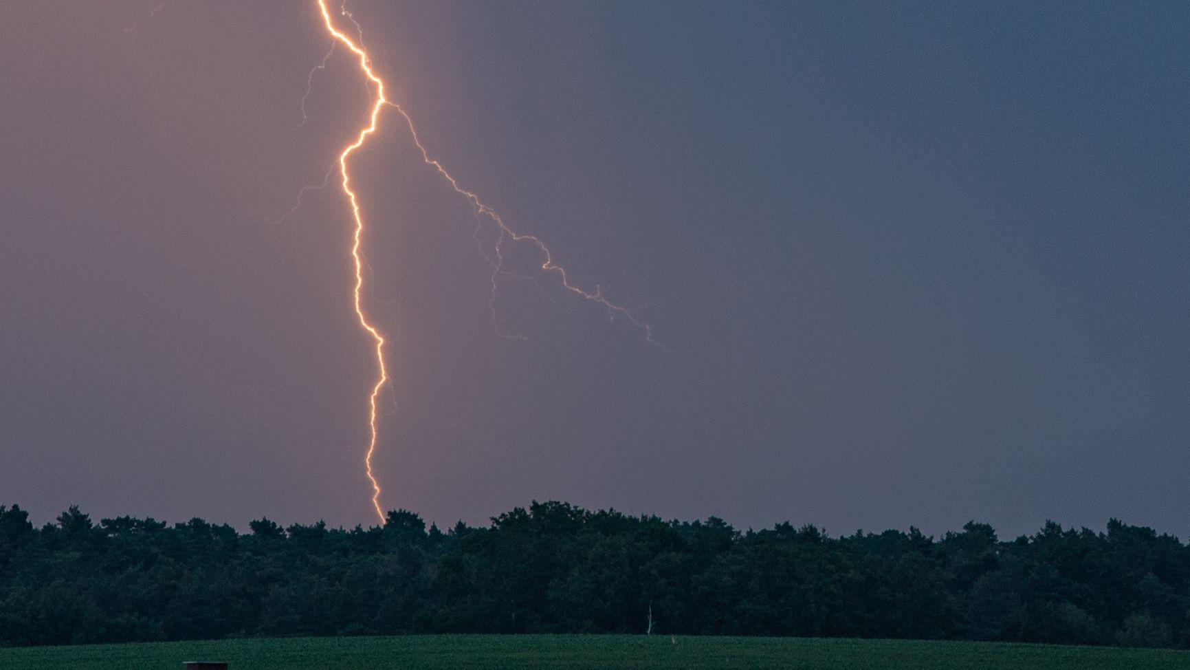 Blitz am dunklen Himmel