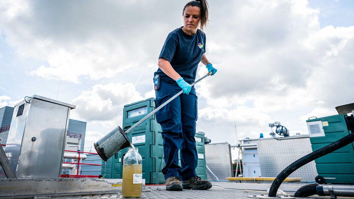 Eine Mitarbeiterin einer Kläranlage im niederländischen Den Bosch entnimmt eine Probe des Abwassers.